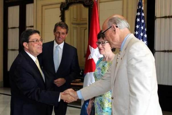 """Bruno Rodríguez Parrilla (I), Ministro de Relaciones Exteriores, recibe a los senadores Republicanos: Jeff Flake (CI), Susan Collins (C), y  Patrick """"Pat"""" Roberts (D), en la sede de la Cancillería, en La Habana, Cuba, el 13 de junio de 2015.   AIN  FOTO/ Jorge LEGAÑOA ALONSO/ rrcc"""