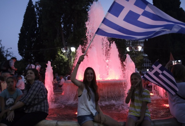 YAN05. Athens (Greece), 05/07/2015.- French tourists wave flags and react after the first results of the referendum at Syntagma Square, in Athens, Greece, 05 July 2015. Greek voters in the referendum were asked whether the country should accept reform proposals made by its creditors. (Grecia, Atenas) EFE/EPA/YANNIS KOLESIDIS
